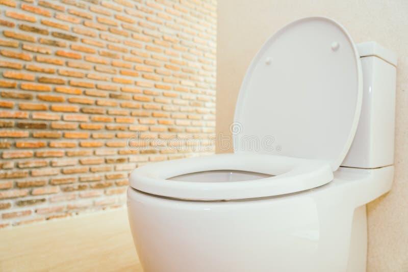 Ciotola e sedile di toilette bianchi fotografia stock
