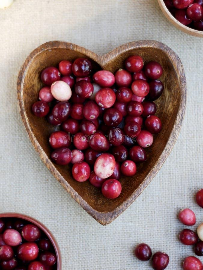 Ciotola a forma di del cuore di mirtilli rossi fotografia stock