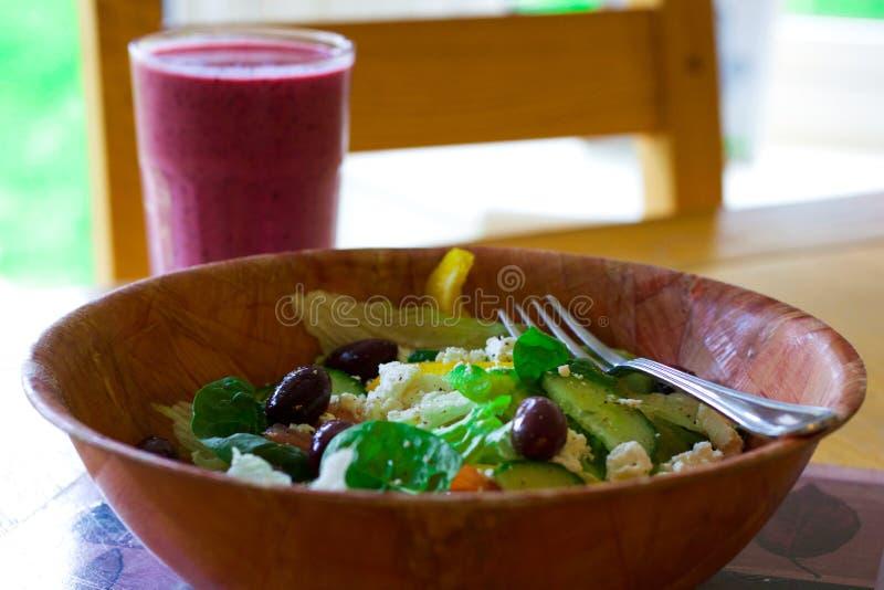Ciotola fresca di insalata e di frullato fotografia stock