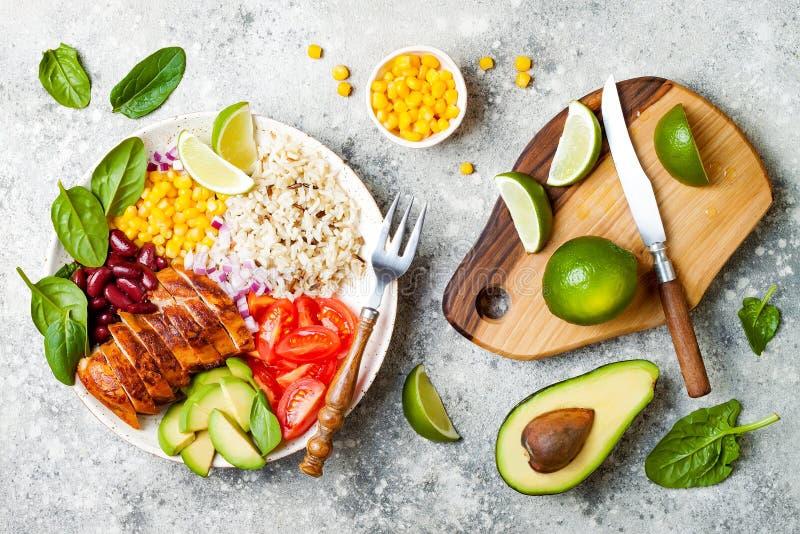 Ciotola messicana casalinga del burrito del pollo con riso, fagioli, cereale, pomodoro, avocado, spinaci Ciotola del pranzo dell' fotografia stock