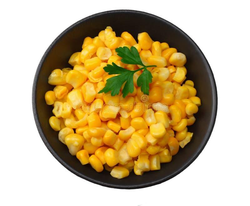 Ciotola nera con i noccioli di cereale inscatolati isolati su fondo bianco Vista superiore fotografia stock libera da diritti