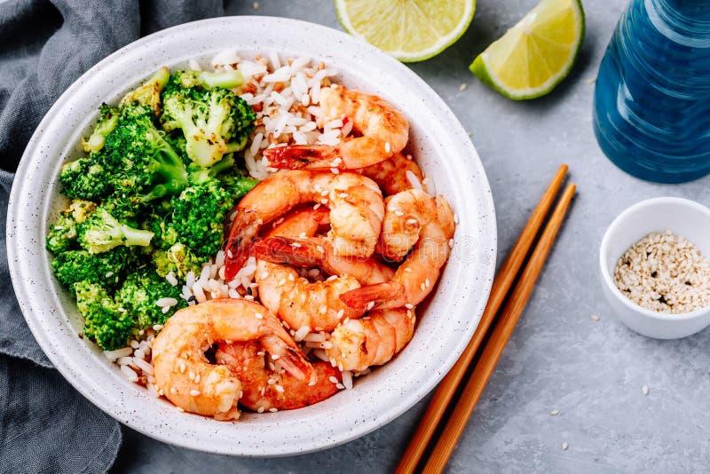 Ciotola piccante del burrito del gamberetto con il riso ed i broccoli della calce del coriandolo immagini stock libere da diritti