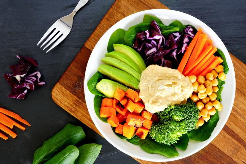 Ciotola sana con gli super-alimenti sul fondo dell'ardesia immagini stock libere da diritti