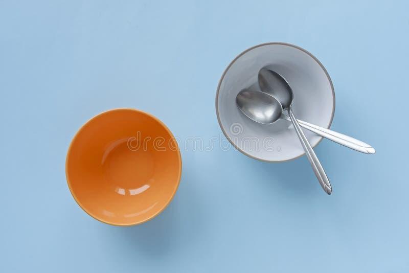 Ciotole blu ed arancio vuote del dessert o della prima colazione fotografia stock