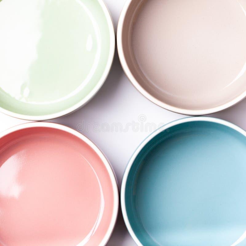 Ciotole colorate pastelli come struttura del confine fotografia stock