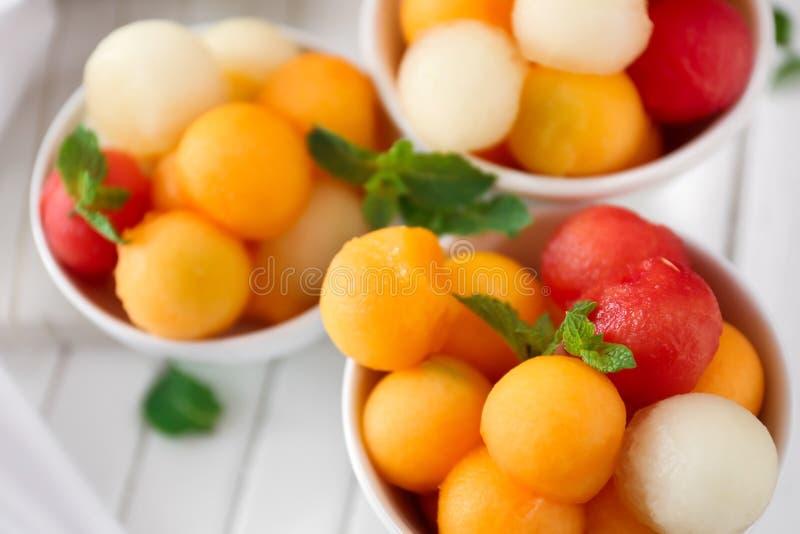 Ciotole con il dessert saporito del melone sulla tavola, primo piano immagini stock