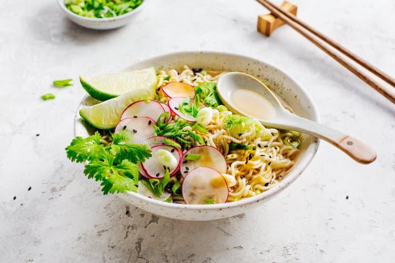 Ciotole con il ramen asiatico della minestra fotografia stock