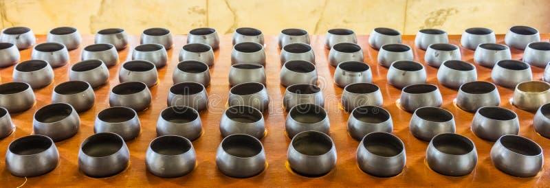 Ciotole delle elemosine del monaco sulla tavola di legno fotografie stock libere da diritti