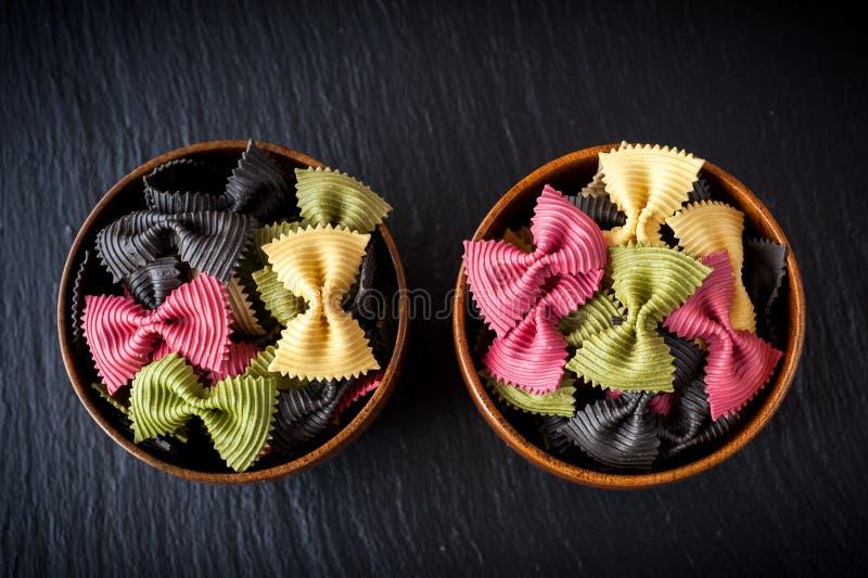 Ciotole di farfalle della pasta. Ingredienti per la cottura italiana. immagini stock libere da diritti