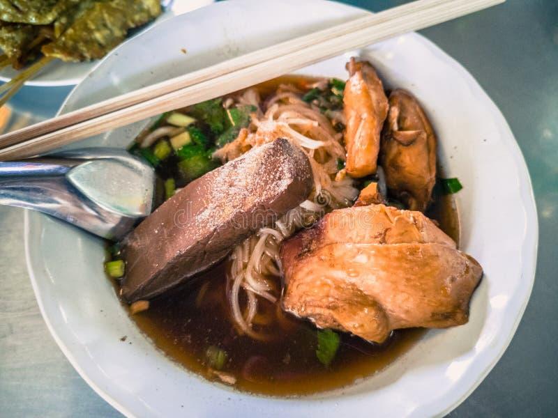 Ciotole di minestra di pasta stufata del pollo con la tagliatella di riso fotografia stock libera da diritti