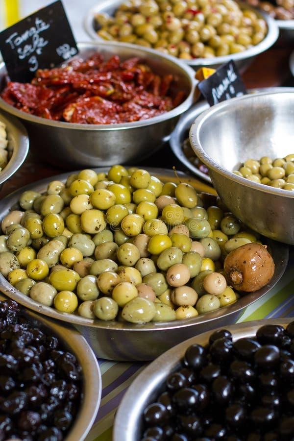 Ciotole di olive ad un mercato fotografia stock