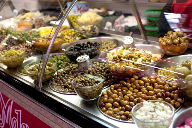 Ciotole di olive da vendere ad una negozio-finestra del mercato fotografia stock libera da diritti