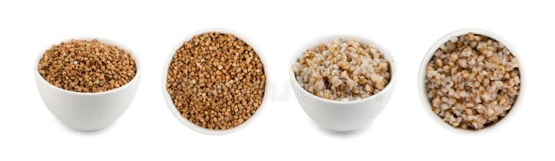 Ciotole di porridge asciutto cucinato e crudo del grano saraceno isolato fotografia stock libera da diritti