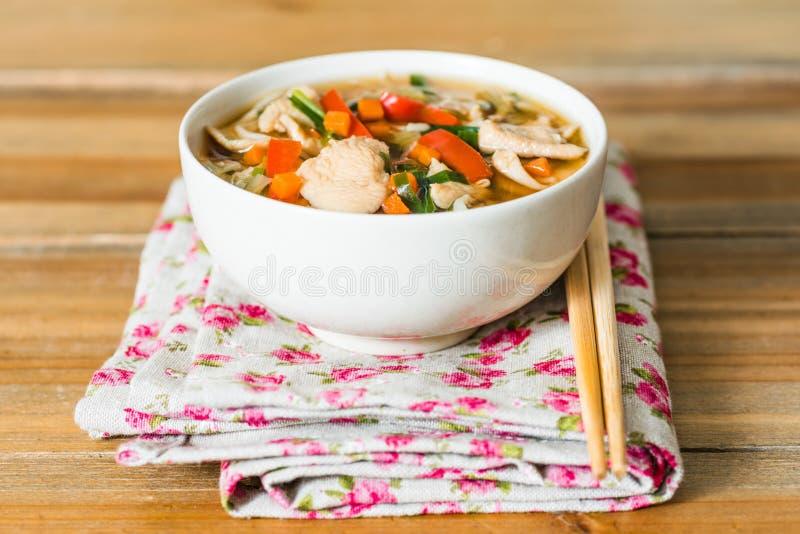 Ciotole di tagliatelle asiatiche della minestra immagine stock