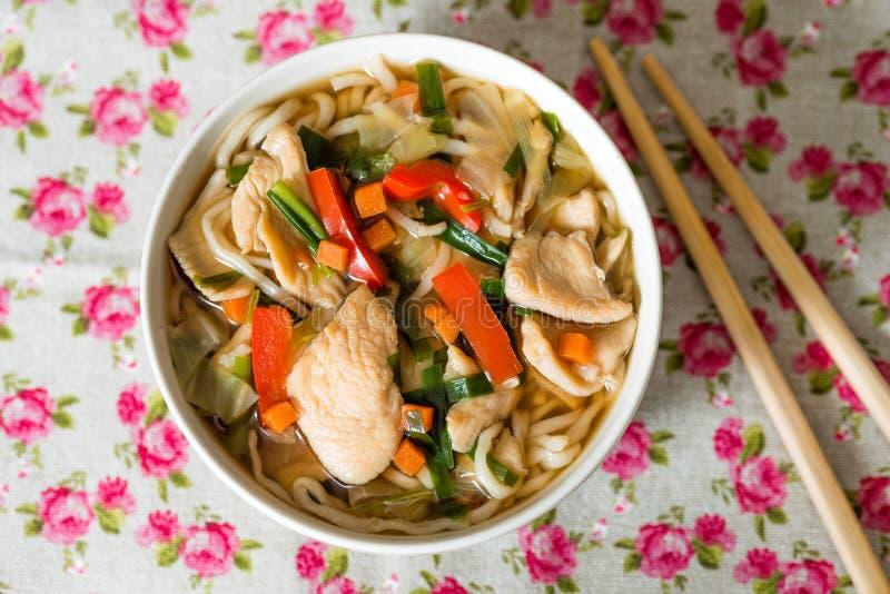 Ciotole di tagliatelle e di verdure asiatiche della minestra fotografia stock