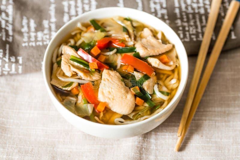 Ciotole di tagliatelle e di verdure asiatiche della minestra fotografia stock libera da diritti