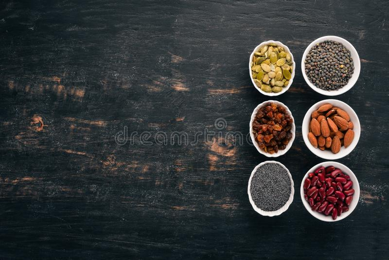 Ciotole di vari superfoods immagini stock