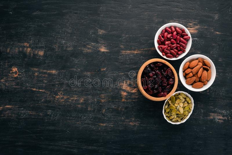 Ciotole di vari superfoods fotografia stock