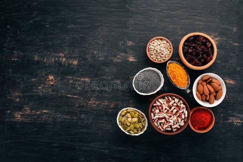 Ciotole di vari superfoods fotografia stock libera da diritti