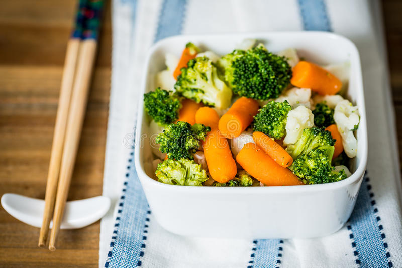 Ciotole di verdure di varietà immagini stock