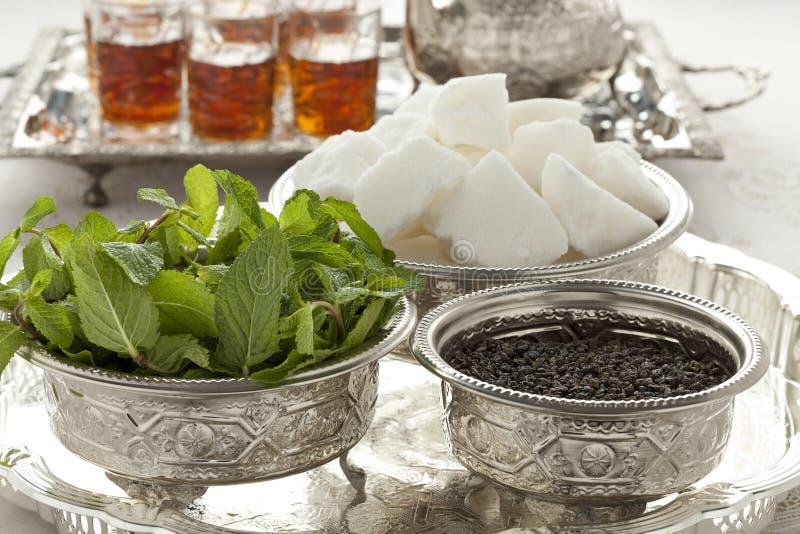 Ciotole marocchine tradizionali con zucchero, la menta ed il tè fotografia stock