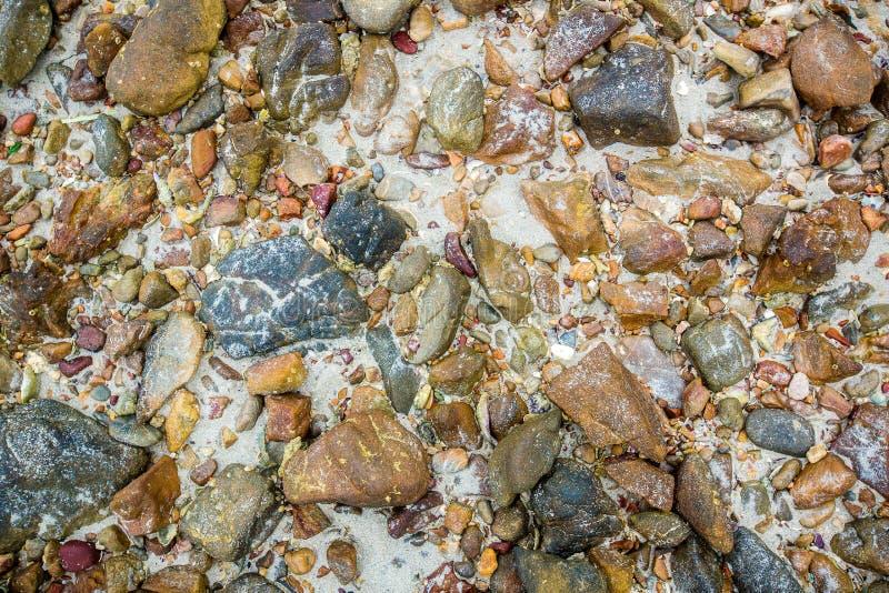 Ciottoli del mare Piccolo fondo di struttura della ghiaia delle pietre Mucchio dei ciottoli, Tailandia Pietra di colore nel fondo immagini stock