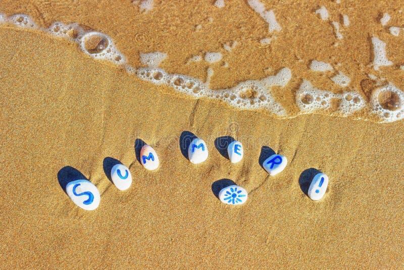 Ciottoli dipinti del mare su una spiaggia di estate nell'onda imminente immagine stock libera da diritti