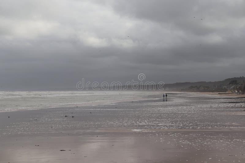Ciouple marche sur Omaha Beach en France photo stock