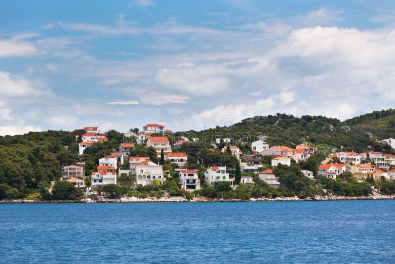 Ciovo海岛,特罗吉尔地区,从海的克罗地亚视图 免版税库存照片