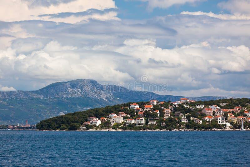 Ciovo海岛,特罗吉尔地区,从海的克罗地亚视图 库存图片
