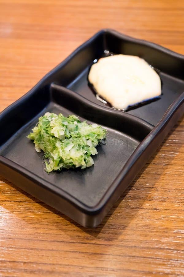 Cipolla di inverno e maionese tagliate in vassoio nero della salsa su woode immagini stock