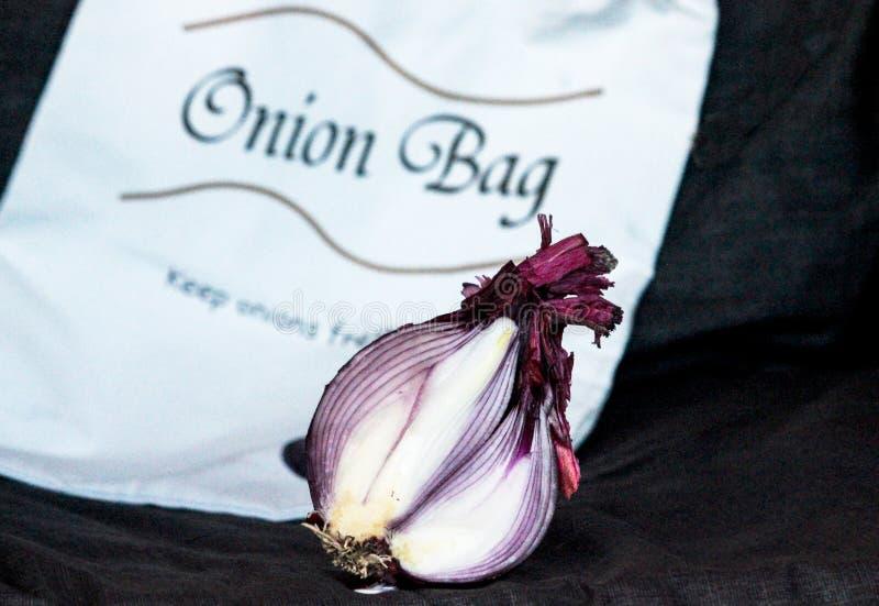 Cipolla rossa affettata con la borsa immagini stock libere da diritti