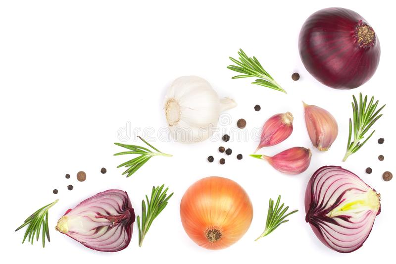 Cipolle rosse, aglio con i rosmarini e granelli di pepe isolati su un fondo bianco con lo spazio della copia per il vostro testo  fotografia stock