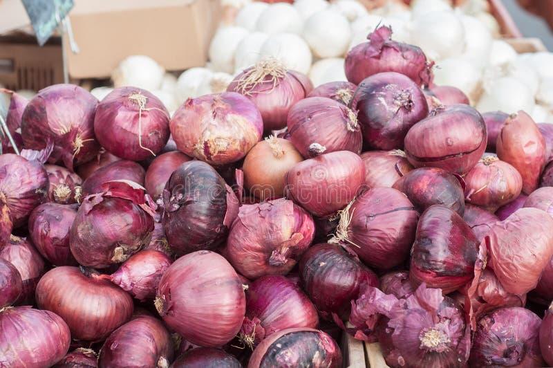 Cipolle rosse al mercato immagini stock libere da diritti