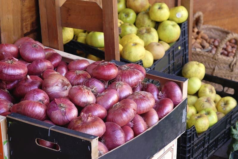 Cipolle rosse e mele ad un mercato spagnolo fotografia stock