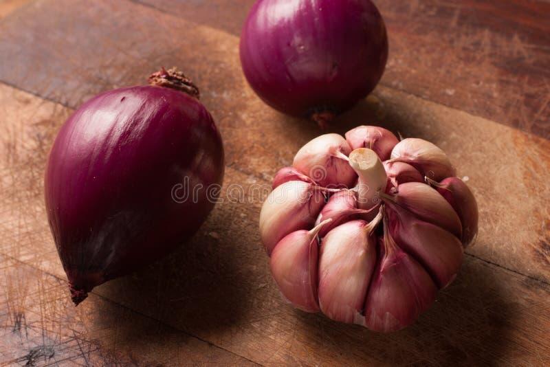 Cipolle rosse ed aglio fotografie stock