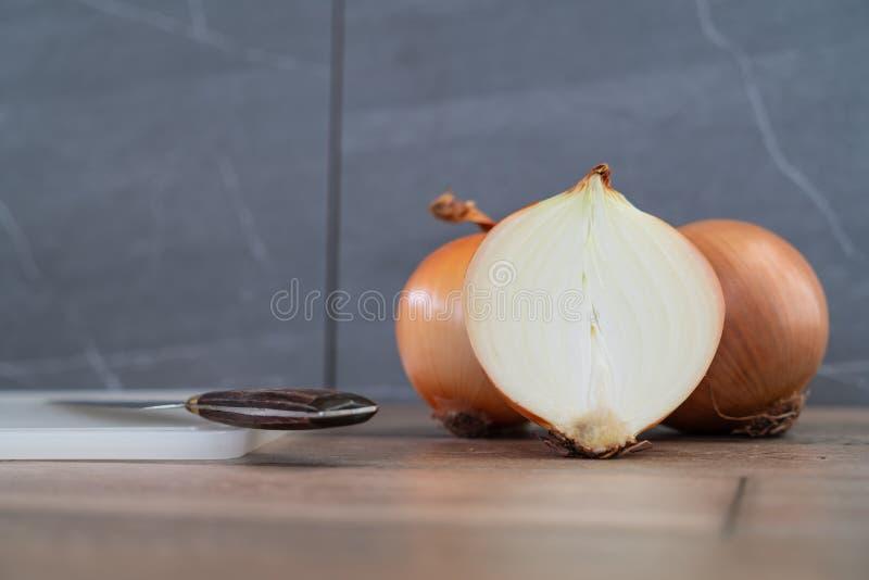 Cipolle su fondo di legno e di pietra immagine stock