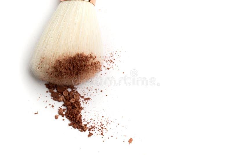 Cipria, fard, ombretto e spazzola schiantati su fondo bianco Prodotti di bellezza colorati persona neutrale immagini stock libere da diritti