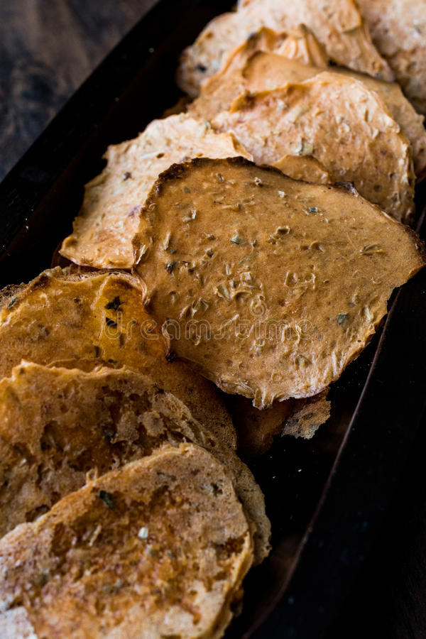 Cipsi/patatine fritte o cracker di Tarhana in una ciotola di legno fotografia stock libera da diritti