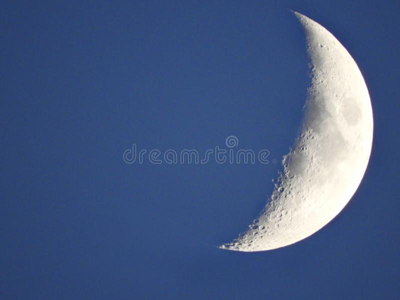 Cirage de la phase de croissant de lune avant coucher du soleil images libres de droits