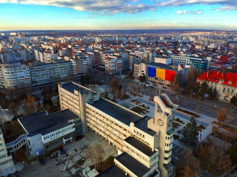 Circa diciembre de 2018 - Braila Rumania - una bandera rumana enorme se está exhibiendo enfrente de la ciudad Hall In Celebration fotos de archivo