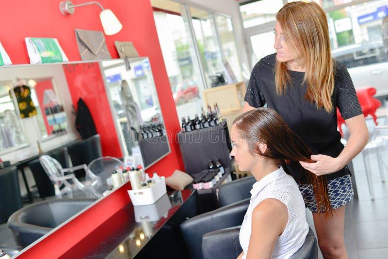 Circa per convincere capelli per tagliare immagine stock