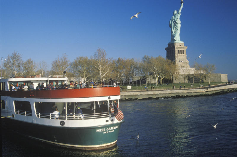 Download Circle Line Boat editorial photo. Image of freedom, island - 26890416