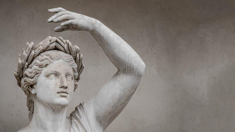 Статуя чувственной римской женщины эры ренессанса в circlet листьев залива, Потсдаме, Германии, деталях, крупном плане стоковые фото
