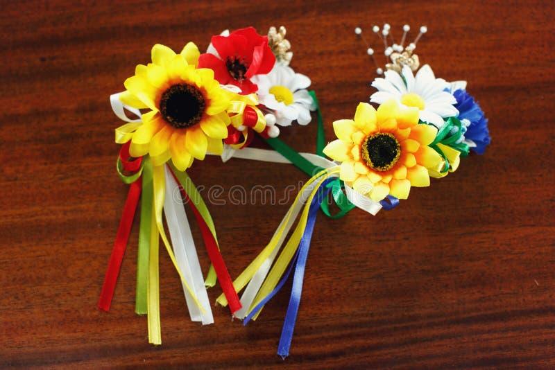Circlet van zonnebloemen, kamille en papaver stock fotografie
