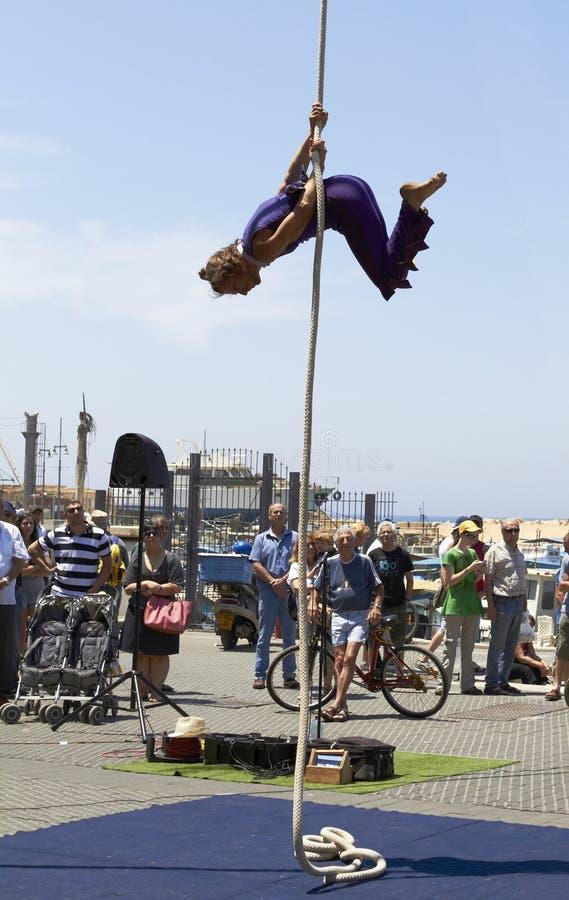 Circo de la calle, acróbata de la cuerda imagen de archivo libre de regalías