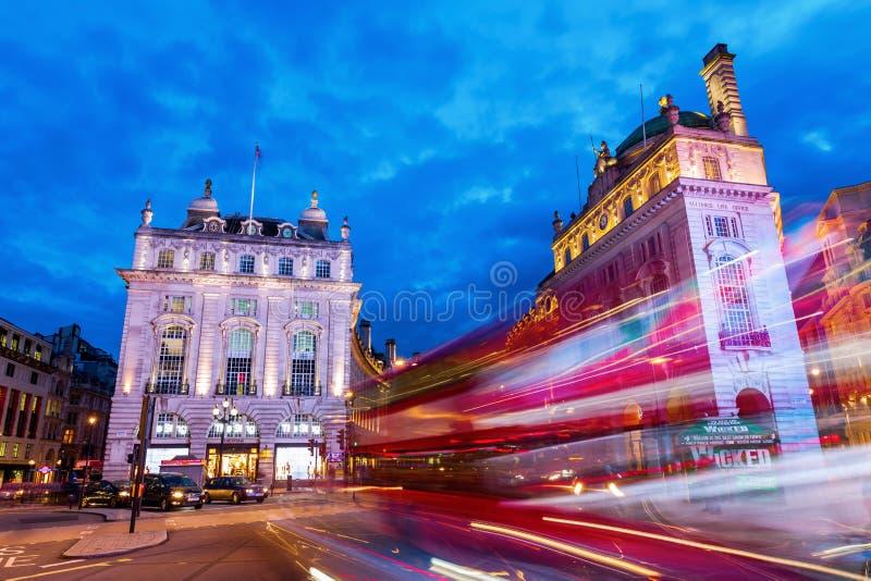 Circo de Piccadilly em Londres na noite fotografia de stock