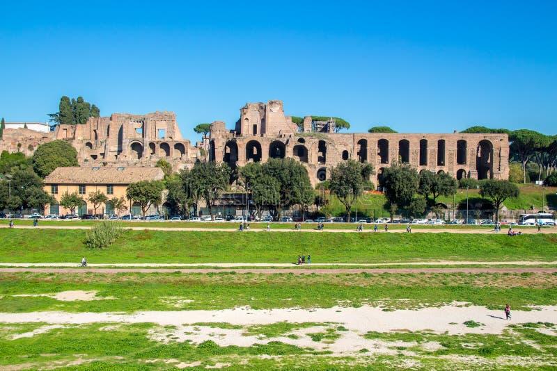 Circo Maximus e ruínas do monte de Palatine, em Roma, Itália fotografia de stock