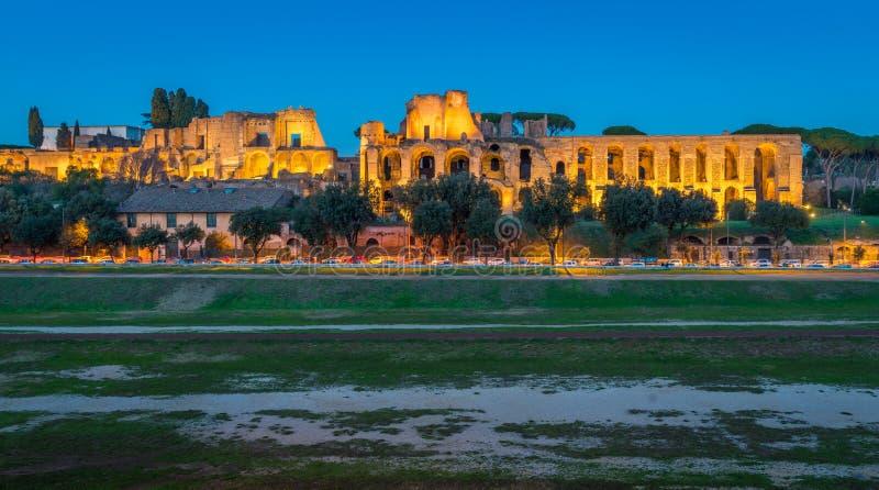 Circoen Massimo och den Palatine kullen fördärvar upplyst på solnedgången, i Rome, Italien royaltyfri bild