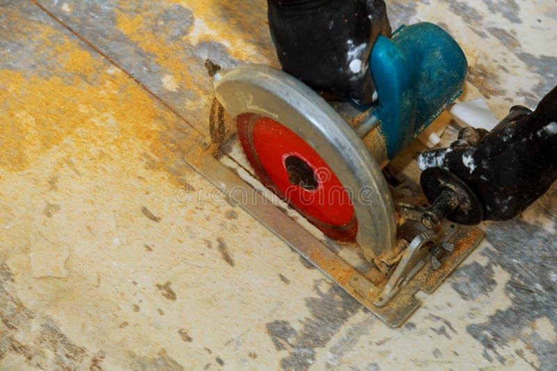 Circolare ha veduto Carpentiere Using Circular Saw per legno immagine stock libera da diritti